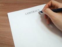 Geschäftsmann unterzeichnet einen Vertrag stockfotografie