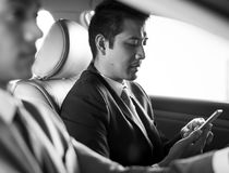 Geschäftsmann-Use Tablet Inside-Auto stockbild