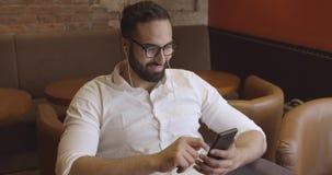 Geschäftsmann Uses Smartphone stock video