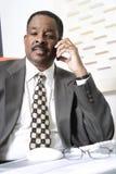 Geschäftsmann Using Cell Phone Lizenzfreie Stockbilder