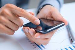 Geschäftsmann Using Cellphone lizenzfreies stockfoto