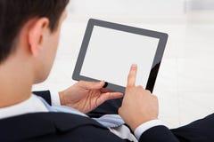 Geschäftsmann Using Digital Tablet im Büro Lizenzfreie Stockfotos
