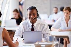 Geschäftsmann-Using Laptop In-Kunden-Kundendienst Lizenzfreies Stockfoto