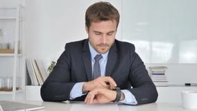 Geschäftsmann Using Smartwatch, on-line-grasen stock video