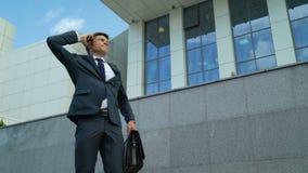 Geschäftsmann verärgert über schlechte Nachrichten nach Telefonanruf, Frist, abgefeuert von der Arbeit stock footage