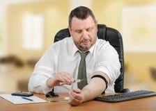 Geschäftsmann verabreicht Medikation in seine Ader Lizenzfreies Stockbild