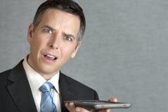 Geschäftsmann verdutzt von Tablet Stockfoto
