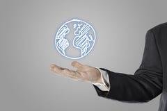 Geschäftsmann, Verkäufer, Weltsymbol in seiner Hand Stockfotos