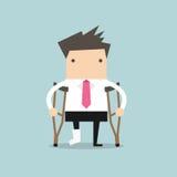 Geschäftsmann verletzte Stellung mit Krücken und die Vertretung, die auf einem gebrochenen Bein für Krankenversicherung geworfen  Lizenzfreies Stockfoto