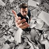 Geschäftsmann versenkt durch zu viel Arbeit Konzept der Überlastung lizenzfreies stockfoto