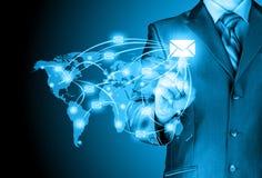 Geschäftsmann verteilen digitale Post Lizenzfreies Stockfoto