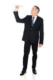 Geschäftsmann in voller Länge, der eine Papierfläche wirft Stockfotografie