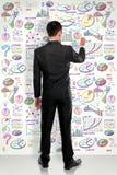 Geschäftsmann in voller Länge, der modernes Geschäftskonzept auf Weiß zeichnet Lizenzfreie Stockfotos