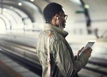Geschäftsmann-Waiting Train Stations-Lebensstil-Konzept Stockfoto