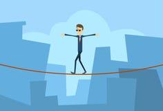 Geschäftsmann-Walk Over Gap-Geschäftsmann-balancierender Problem-Risiko-Konzept-Großstadt-Hintergrund Lizenzfreies Stockfoto