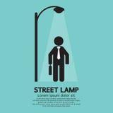 Geschäftsmann-Walking Under Street-Lampe Stockfotografie