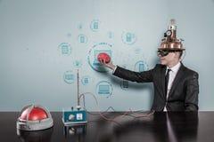 Geschäftsmann Wearing Helmet Holding Brain By Connecting Laptops Text Stockfotos
