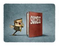 Geschäftsmann wird überrascht, das Innere eines Buches über Erfolg zu sehen Lizenzfreies Stockbild