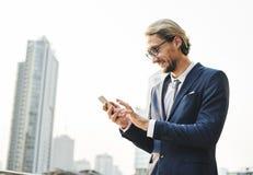 Geschäftsmann-Working Connecting Smart-Telefon-Konzept Stockfoto