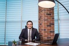Geschäftsmann-Working Laptop Connecting-Vernetzungs-Konzept, Geschäft Stockbilder