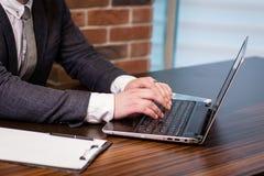 Geschäftsmann-Working Laptop Connecting-Vernetzungs-Konzept, Geschäft Lizenzfreie Stockfotos