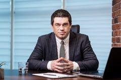 Geschäftsmann-Working Laptop Connecting-Vernetzungs-Konzept, Geschäft Lizenzfreie Stockbilder