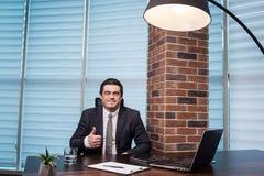 Geschäftsmann-Working Laptop Connecting-Vernetzungs-Konzept, Geschäft Lizenzfreies Stockfoto