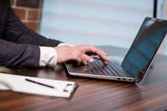 Geschäftsmann-Working Laptop Connecting-Vernetzungs-Konzept, Geschäft Lizenzfreies Stockbild