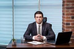 Geschäftsmann-Working Laptop Connecting-Vernetzungs-Konzept, Geschäft Lizenzfreie Stockfotografie
