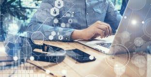 Geschäftsmann-Working Modern Desktop-Laptop-Holz-Tabelle Globale Verbindungs-virtueller Ikonen-Diagramm-Schnittstellen-Schirm onl Stockfoto