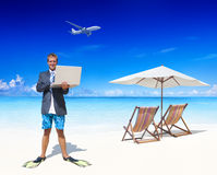 Geschäftsmann Working in seinen Ferien Stockfotos