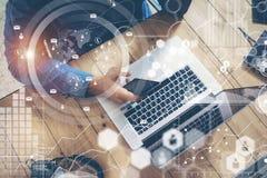 Geschäftsmann-Working Startup Wood-Tabellen-Laptop-modernes Büro Mann-Arbeit Coworking-Dachboden Globale Verbindungs-virtuelles I Stockbild