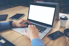 Geschäftsmann-Working Wood Table-Laptop-modernes Innenarchitektur-Dachboden-Büro Mann-Arbeit Coworking-Studio, Notizbuch, Digital lizenzfreie stockfotos