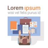 Geschäftsmann-Workplace Desk Hands-Arbeitsdokument-Spitzen-Winkelsicht-Büro Stockfotos