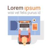 Geschäftsmann-Workplace Desk Hands-Arbeitslaptop-Computer Spitzen-Winkelsicht-Büro Lizenzfreies Stockbild
