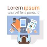 Geschäftsmann-Workplace Desk Hands-Arbeitstablet-computer-Spitzenwinkelsicht-Büro Lizenzfreies Stockbild