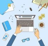 Geschäftsmann Workplace Desk Hands, das LaptopBusiness-Mann-Spitzenwinkel über Ansicht-Büro Arbeits ist Lizenzfreies Stockbild
