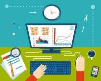 Geschäftsmann Workplace mit den Händen und Infographic Lizenzfreie Stockfotos