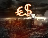 Geschäftsmann zeichnet eine Vielzahl von Geldzeichen Lizenzfreie Stockbilder