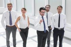 Geschäftsmann zeigt dem Geschäftsteam die Weise zum Erfolg stockfotos