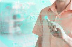 Geschäftsmann zeigt die Marketingstrategie auf der virtuellen Anzeige stockfoto