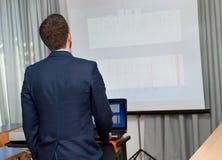 Geschäftsmann zeigt ein Projekt Lizenzfreie Stockfotografie