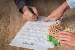 Geschäftsmann zeigt, wo man Vertrag unterzeichnet Lizenzfreie Stockfotografie