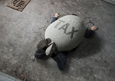 Geschäftsmann zerquetscht durch den Stein lizenzfreie stockfotografie