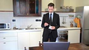 Geschäftsmann zu Hause, der Kaffee trinkt stock footage