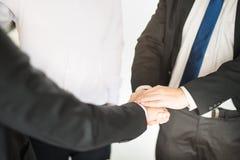 Geschäftsmann zwei, der Hände für das Demonstrieren ihrer Vereinbarung, Vertrag zwischen ihren Firmen zu unterzeichnen rüttelt lizenzfreie stockfotos