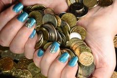 Geschäftsmannabdeckung mit Münzgeld Stockfotos