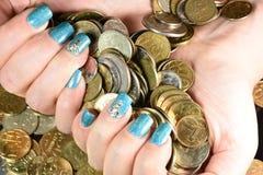 Geschäftsmannabdeckung mit Münzgeld Lizenzfreies Stockfoto