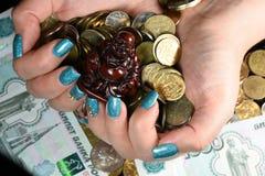 Geschäftsmannabdeckung mit Münzgeld Lizenzfreies Stockbild