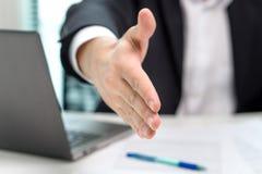 Geschäftsmannangebot und geben Hand für Händedruck im Büro Stockfotografie